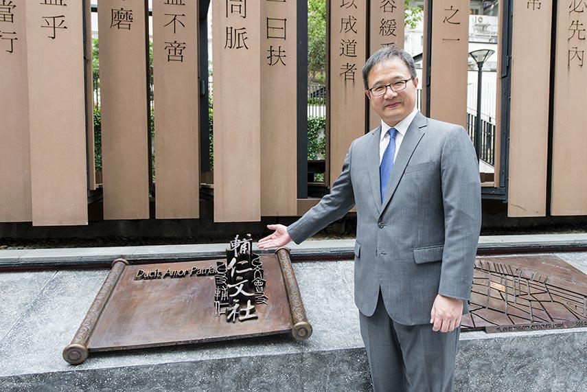 Commissioner for Tourism, Mr Joe Wong and artwork of Foo Yan Man Ser